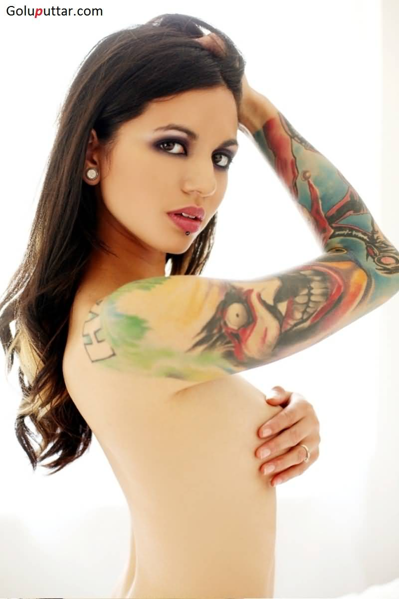 Lovely-Woman-Shows-Unique-Alien-Tattoo-O