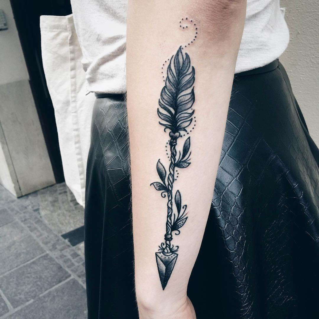Women Show Perfect Old Arrow Tattoo Design On Sleeve